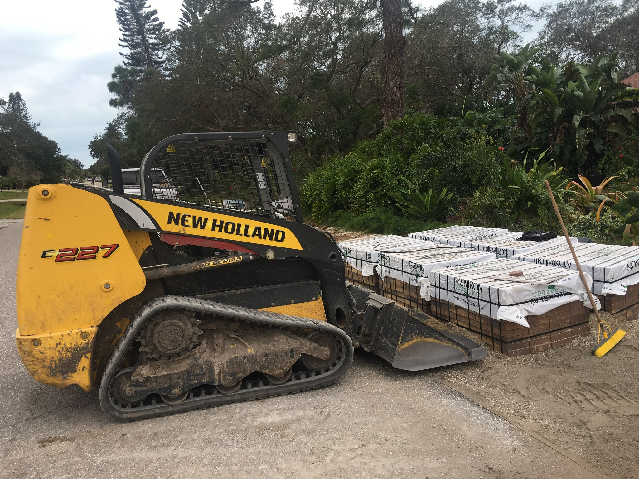 Equipment for loading heavy paver pallets